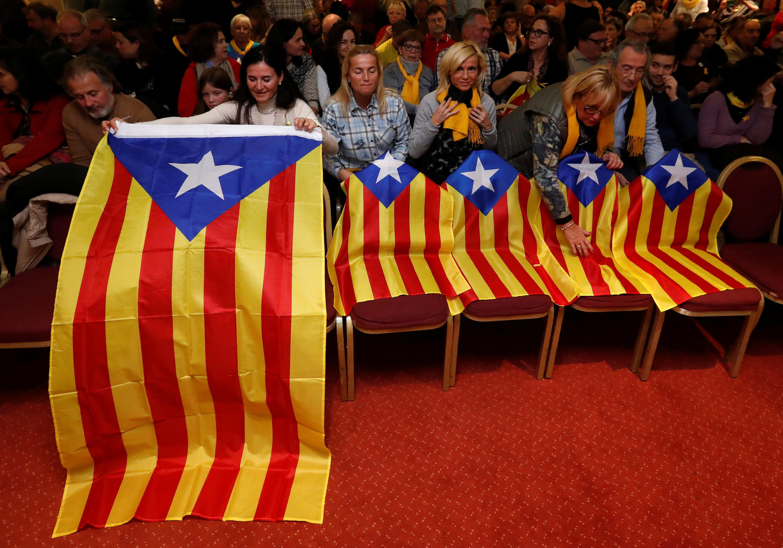Raia wa eneo la Catalonia wakiwa kwenye moja ya kampeni kabla ya kura siku ya Alhamisi.