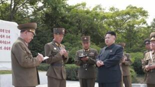 Lãnh đạo Bắc Triều Tiên KIm Jong Un viếng đon vị phía đông, nói bắn tên lửa tầm ngắn. Mục tiêu Tin tặc Bắc Triều Tiên thường là căn cứ quân sự Hàn Quốc. Ảnh ngày 01/07/2014.