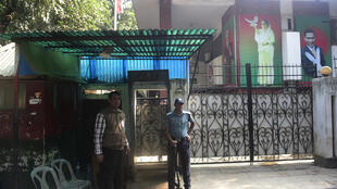 Polisi ya Bangladesh ikitoa ulinzi mbele ya nyumba ya Khaleda Zia, kiongozi wa chama kikuu cha upinzani, Januari 4 mwaka 2015.