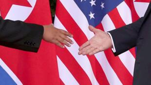 Cái bắt tay lịch sử giữa tổng thống Mỹ, Donald Trump (T) và lãnh đạo Bắc Triều Tiên, Kim Jong Un (P) tại Singapore ngày 12/06/2018.