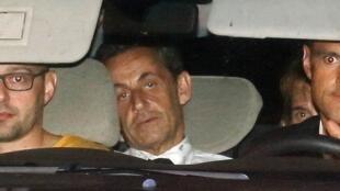 Pouco antes da meia-noite, Nicolas Sarkozy foi levado em uma viatura da polícia para o Tribunal de Paris, onde foi indiciado.