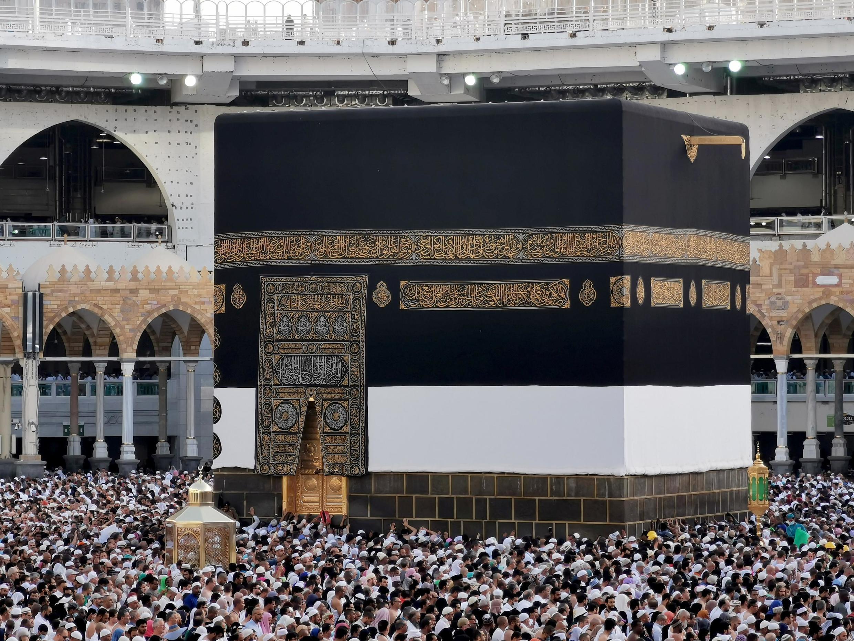 Musulmai daga sassa dabam - dabam na duniya na ibada a masallacin Ka'aba.