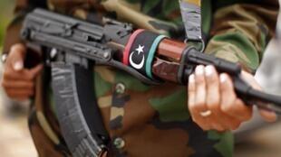 Imagen de militar armado en Libia en 2011