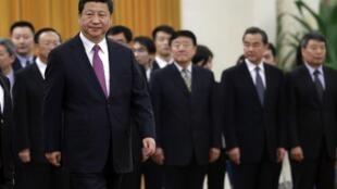 Le président Xi, entouré d'officiels chinois dans le Grand Hall du palais du Peuple à Pékin, en décembre 2014.