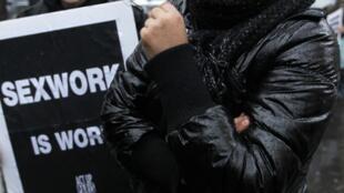 Prostitutas parisienses querem que sua atividade seja reconhecida como uma profissão.