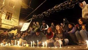 Miles de personas se congregaron en Santiago y Valparaíso, donde  se encendieron velas, en homenaje a los fallecidos.