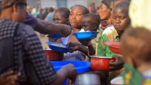 Dans le camp de Bunia, des déplacés reçoivent de l'aide alimentaire de Médecins sans frontières (MSF), en Ituri, RDC, le 16 février 2018.