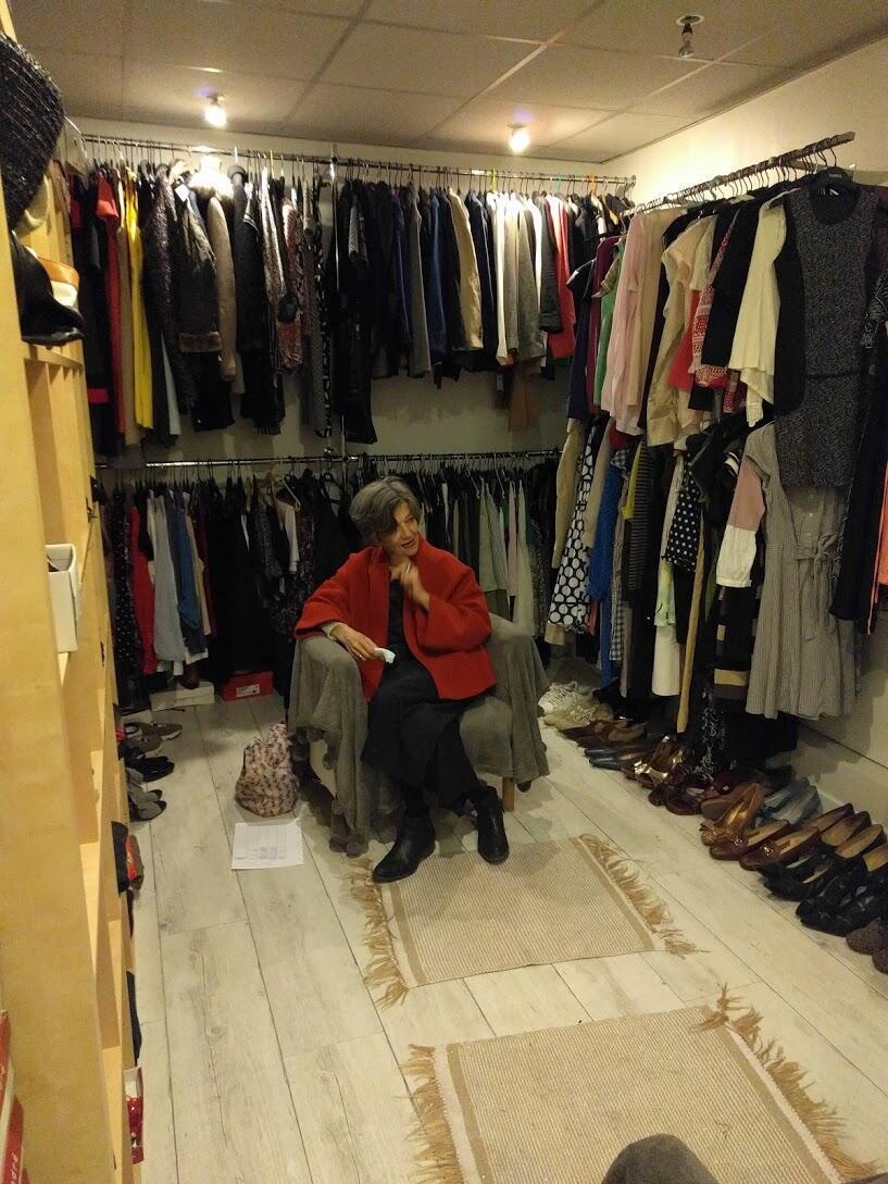 A psicóloga Anne Fois recebe as clientes em um espaço improvisado