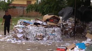 Lieu de stockage de déchets à la périphérie de Tirana. Les Roms pressent le papier et le plastique pour les vendre aux usines de recyclage.