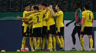 Le milieu anglais de Dortmund, Jadon Sancho (g), félicité par ses coéquipiers pour son but lors du quart de finale de la Coupe d'Allemagne à Mönchengladbach, le 2 mars 2021