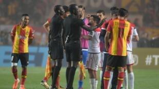 Les joueurs de l'Espérance Tunis et du Wydad Casablanca en pleine polémique avec l'arbitre Bakary Papa Gassama, le 31 mai 2019 à Radès, en finale retour de la Ligue des champions 2018-2019.