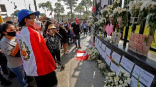 Raia wa Peru wakitoa heshima zao kwa vijana wawili waliouawa wakati wa maandamano wakipinga kuftimuliwa kwa rais Martin Vizcarra.