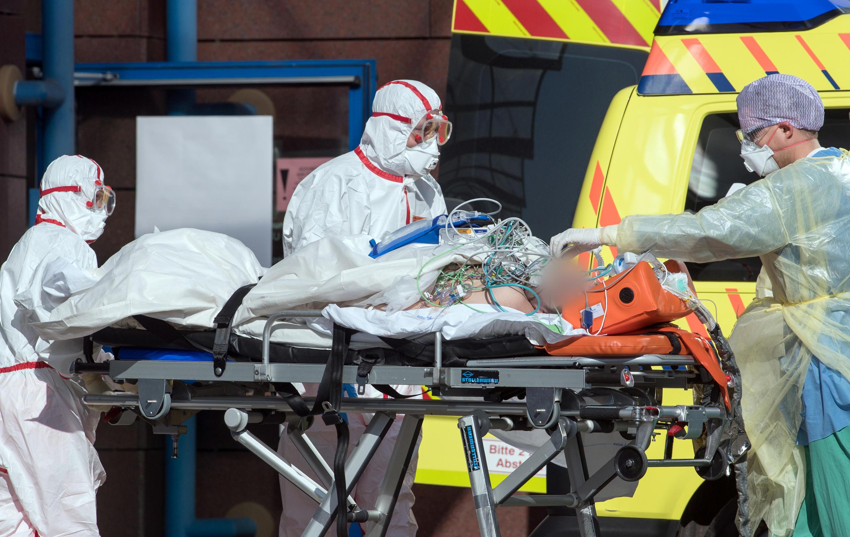Một bệnh nhân nhiễm virus corona tại Ý đã được chuyển đến điều trị tại một bệnh viện ở Leipzig, Đức, ngày 25/03/2020.