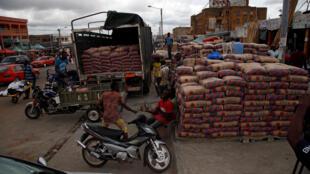Des piles de sacs de ciment dans une rue de Bouake en Côte d'Ivoire, le 17 mai 2017.