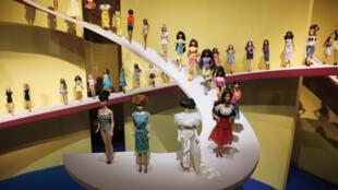 A boneca Barbie é tema de exposição em Paris e nos mostra a evolução da sociedade desde os anos 1950 até hoje.