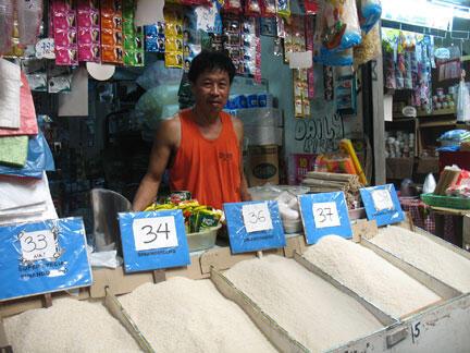 Le marché de Calamba, près de Manille. Les prix au détail du riz ont augmenté de 30% en deux mois. Le gouvernement a réussi à éviter les émeutes de la faim en subventionnant un riz à moitié prix vendu aux plus pauvres.