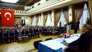 Le président Erdogan, le 22 juillet 2016 devant les parlementaires turcs, dans le hall de la Grande Assemblée nationale de Turquie.