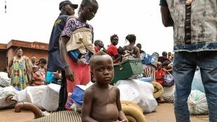 Des ressortissants congolais arrivent par bateau, non loin de Kinshasa après avoir été expulsés du Congo-Brazzaville, le 29 avril 2014.