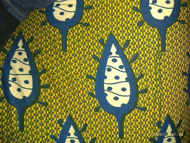Un tissu wax à motifs type feuilles.