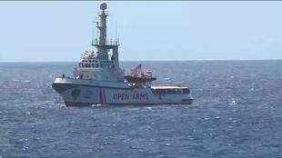 នាវាអង្គការOpen Arms arriving នៅក្បែរកោះ Lampedusa របស់អ៊ីតាលី តែត្រុវអ៊ីតាលី ហាមមិនឲ្យចូលចត។