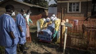 Watoa huduma za afya wakiwa wamebeba jeneza lenye maiti ya muathirika wa Ebola katika mji wa Beni DRC