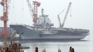 Hàng không mẫu hạm của Ukraina được Trung Quốc mua về để nâng cấp tại cảng Đại Liên. Ảnh chụp hôm 17/4.2011.