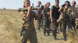 Des membres du bataillon Aïdar en plein entraînement à Lougansk.
