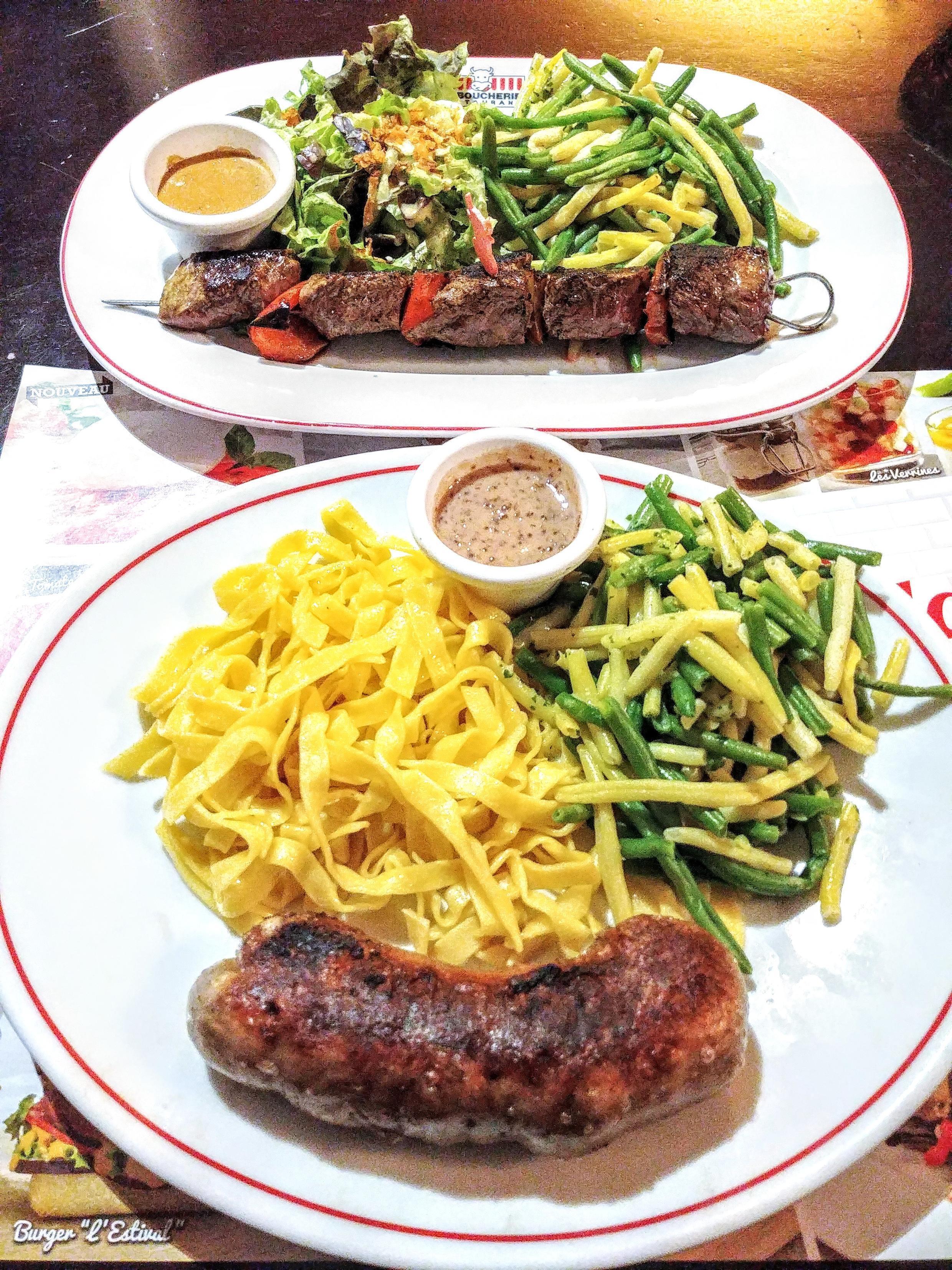 Món andouillette lorraine giống như món dồi lợn làm với bao tử, lòng non trộn với thịt băm và gia vị