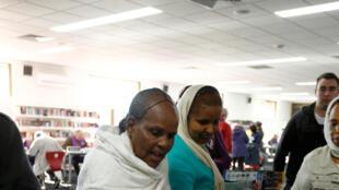 Des électeurs déposent leur bulletin dans l'urne à Flemington, Melbourne.