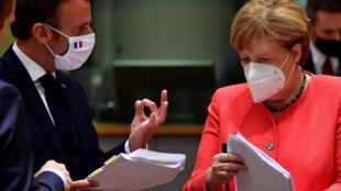 El presidente francés Emmanuel Macron y la canciller alemana Angela Merkel durante la cumbre de Bruselas, el 20 de julio de 2020.