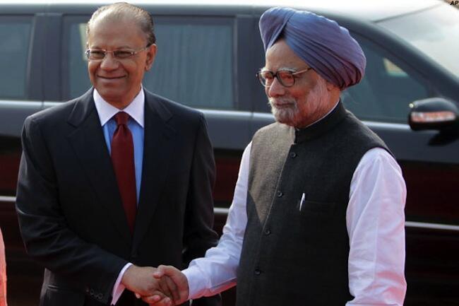 Waziri mkuu wa Mauritius,  Navin Chandra Ramgoolam akiwa na mwenzake wa India, Manmohan Singh walipokutana hivi karibuni