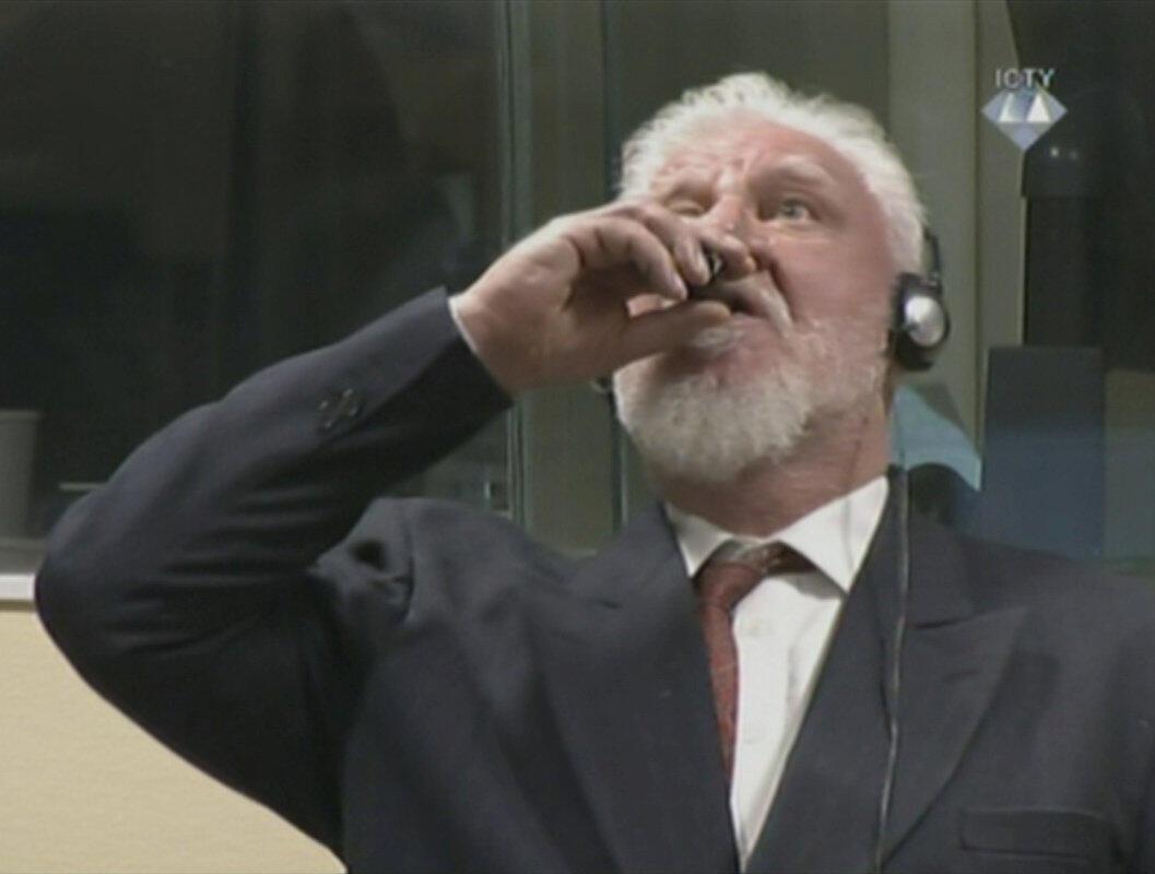 Bị cáo, cựu tướng quân Croatia - Bosnia, Slobodan Praljak uống thuốc độc ngay khi tòa tuyên án ông 20 năm tù vì phạm tội ác chiếc tranh. Ảnh chụp qua TV trực tiếp tại tòa án La Haye ngày 29/11/2017?