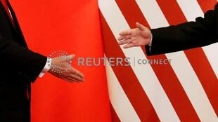 中国国家主席习近平与美国总统特朗普握手,2017年11月9日