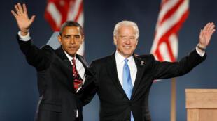 Le président américain élu Barack Obama, et le vice-président élu, Joe Biden, saluent les partisans après avoir été déclarés vainqueurs de l'élection présidentielle américaine de 2008 à Chicago, aux États-Unis, le 4 novembre 2008.