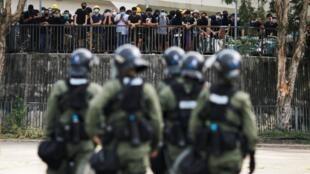 香港举行元朗袭击事件抗议活动,附近执勤的警务人员 2019年7月27日