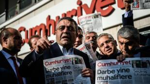 Protesto em frente do jornal Cumhuriyet com  membros do partido da oposião e do vice-presidente do Partido Republicano do Povo (CHP), Sezgin Tanrikulu (esquerda). 31/10/16