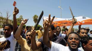 Líbios em Benghazi comemoram o fato de votar nas primeiras eleições livres em 60 anos na Líbia.