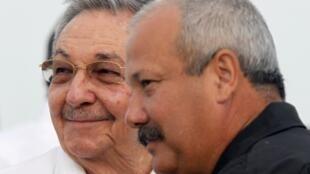 Raul Castro (G) et Jorge Luis Tapia Fonseca, premier secrétaire du Parti communiste cubain, le 26 juillet 2011.