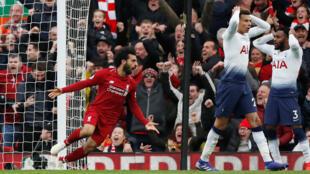 D'un coup de tête, l'attaquant de Liverpool, l'Egyptien Mohamed, a forcé Tottenham à marquer contre son camp, le 31 mars 2019.