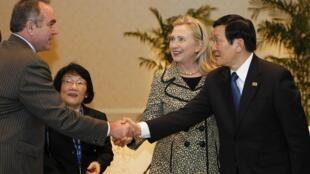 Trợ lý Ngoại trưởng Mỹ, Kurt Campbell, chủ tịch VN Trương Tấn Sang và bà Clinton