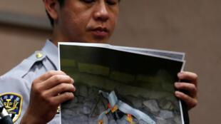 2016年7月8日警方展示台北火车爆炸案的现场图片。