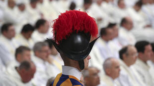 Un garde suisse, pendant la messe de Noël célébrée par le pape François dans la basilique Saint-Pierre, au Vatican, le 25 décembre 2016.