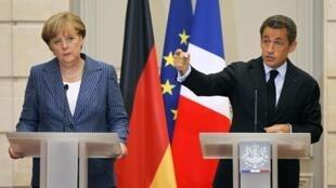 Kansela wa Ujerumani Angela Markel (kushoto) na rais wa Ufaransa Nicolas Sarkozy (kulia) wakizungumza wakati wa mkutano wao wa pamoja mjini Paris, jana