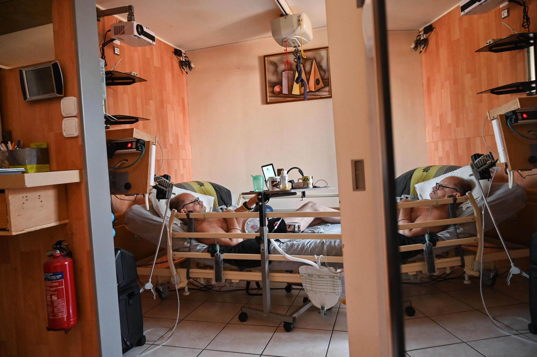 Alain Cocq, de 57 años y aquejado de una enfermedad incurable, en su piso en Dijon, Francia, el 12 de agosto de 2020