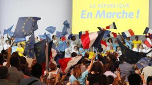 Membres LREM à un meeting à Paris.