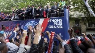 Torcida ovaciona jogadores do Paris Saint-Germain em sua chegada à Praça Trocadéro, nesta segunda-feira, dia 13 de maio