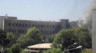 Fumaça sobe do prédio do Estado Maior, em Damasco, que foi atacado a bomba por rebeldes nesta quarta-feira, 26 de setembro