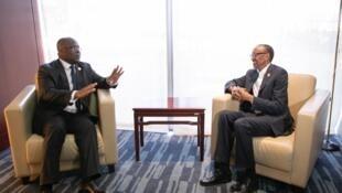 Rais wa DRC Felix Tshisekedi (Kushoto) akishauriana na mwenzake wa Rwanda Paul Kagame (Kulia) baada ya kukutana pembezoni mwa mkutano mkuu w a AU jijini Addis Ababa nchini Ethiopia