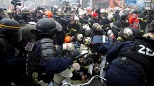 Bomberos (Sapeur Pompiers) contra policías anti-motines, París, 28 de enero de 2020.