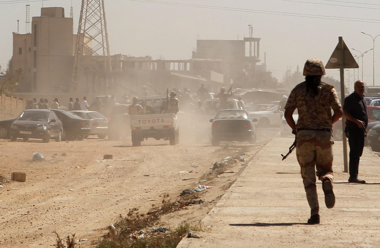 Soldados e milicianos viraram presenças comuns nas ruas da capital Líbia, Trípoli
